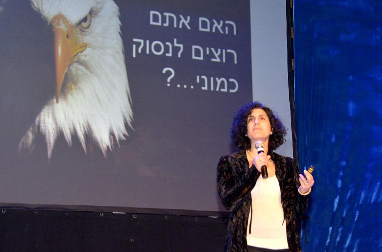 תמונה של אוסנת שמש שור על הבמה