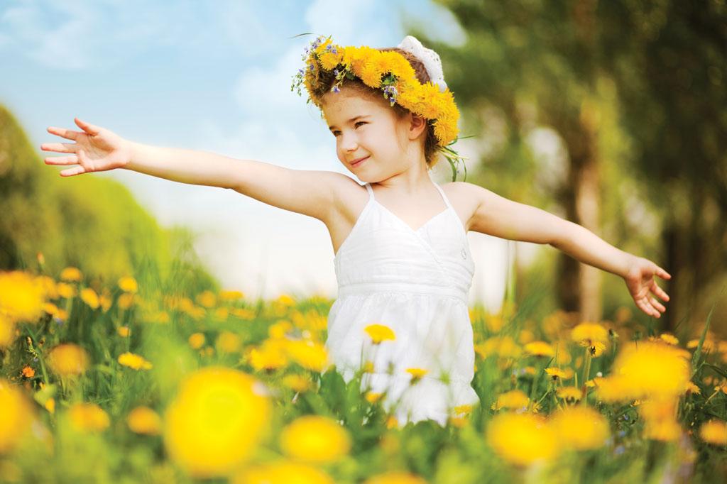תמונה של ילדה בשדה