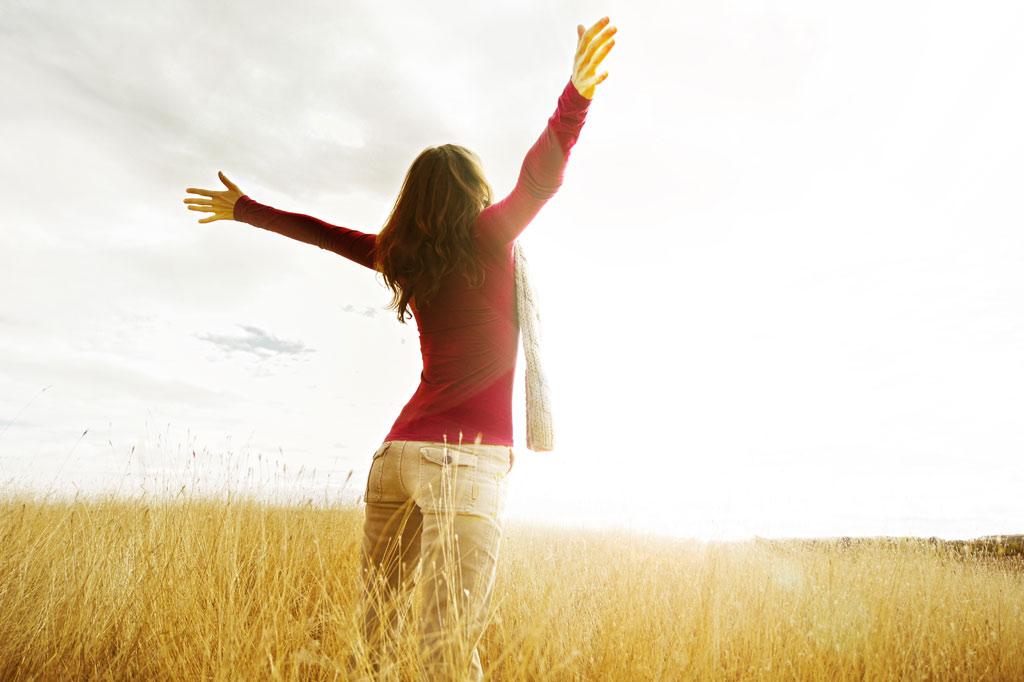 תמונה של אישה עומדת בשדה
