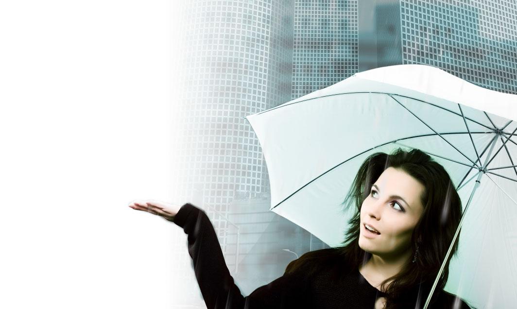 תמונה של אישה ומטריה