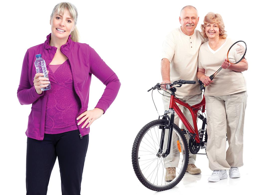 תמונה של זוג מבוגר ליד אופניים ואישה שותה מים