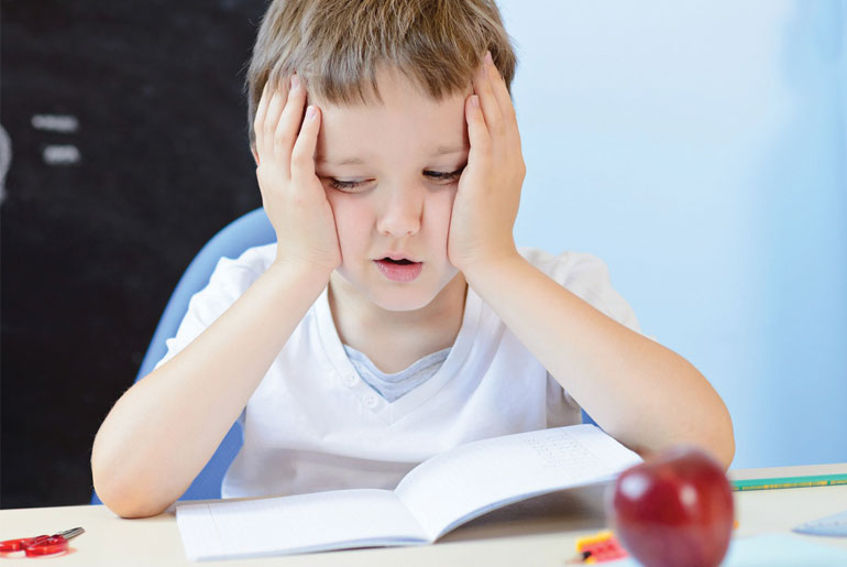 תמונה של ילד ליד שולחן כתיבה