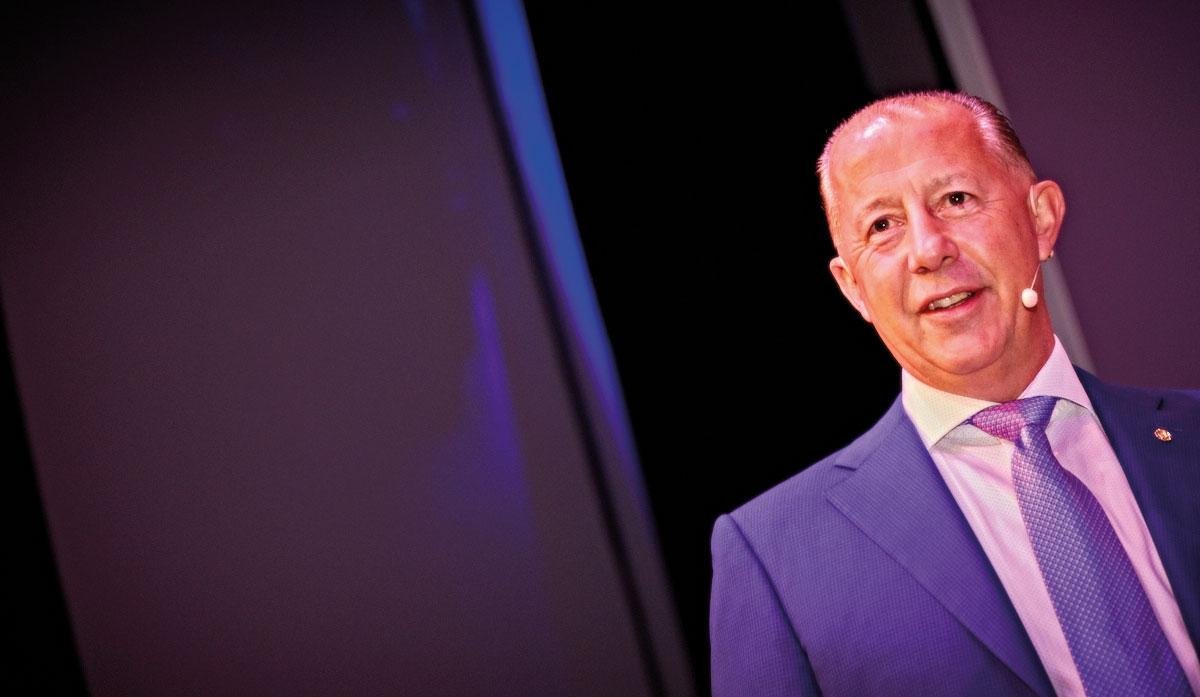 תמונה של בוב פרקר מנכ״ל אנגליה