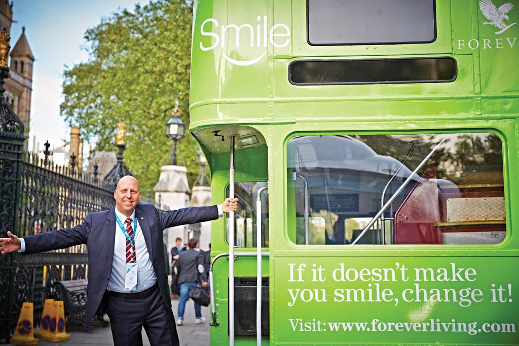 תמונה של אודי ליד אוטובוס ירוק