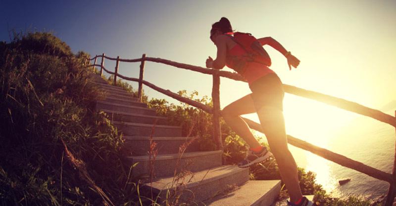 תמונת אילוסטרציה- אישה רצה במעלה המדרגות
